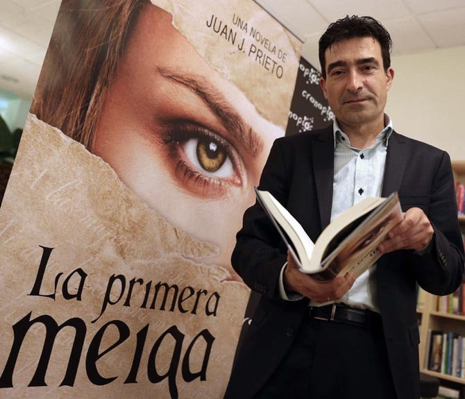 """GRA119. SANTIAGO DE COMPOSTELA, 25/04/2015.- El escritor Juan J. Prieto, posa durante la entrevista concedida a Efe con motivo de la publicación de """"La Primera Meiga"""", en Santiago de Compostela. EFE/Lavandeira jr"""